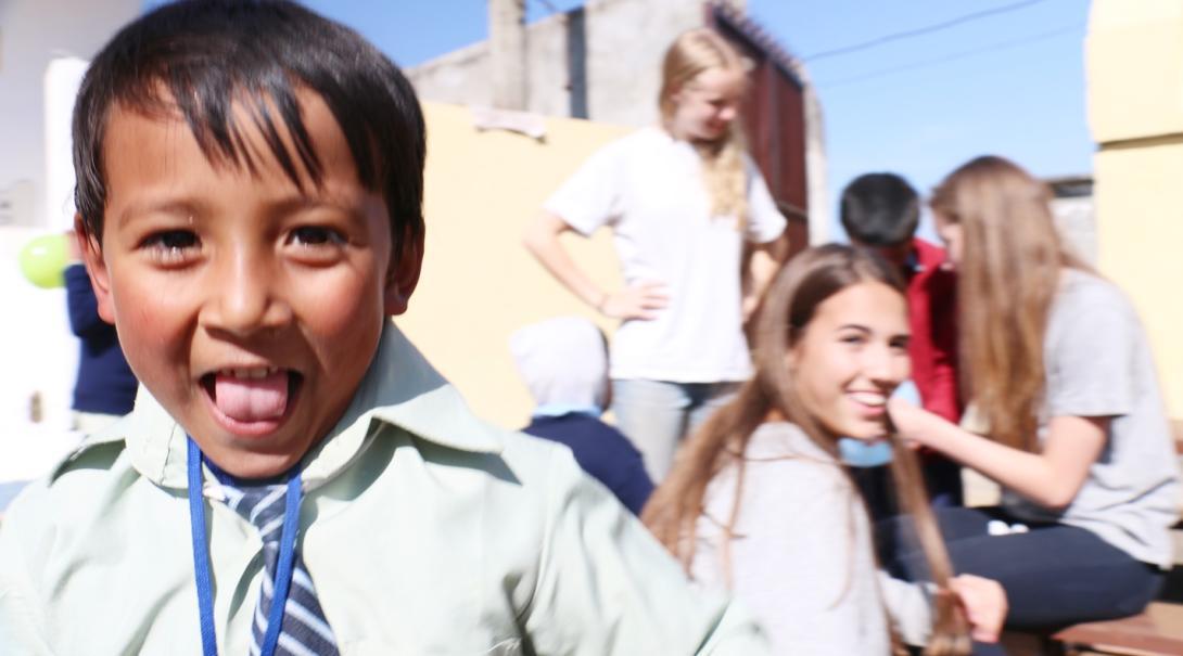 ネパールでチャイルドケア活動に取り組むボランティアと地元の子供たち